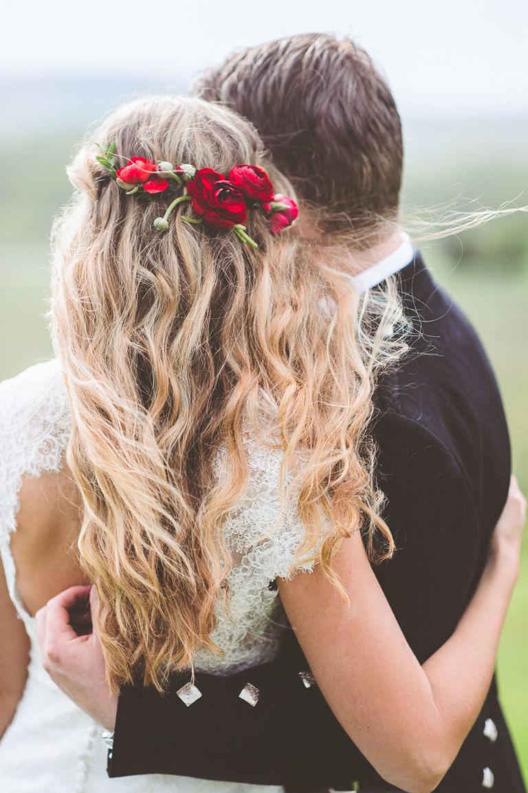 283edcade313 15 spôsobov ako vyzdobiť svadobný účes kvetmi