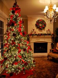 Vianočný stromček s rôznymi ozdobami